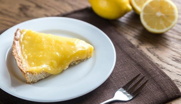 Fetta di crostata con crema pasticcera al limone