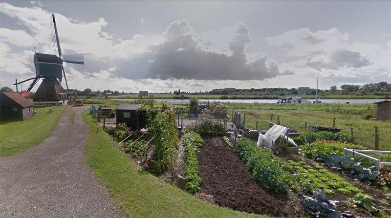 L'attuale paesaggio del villaggio di Lakenveld tra canali, mulini, orti e pollai.