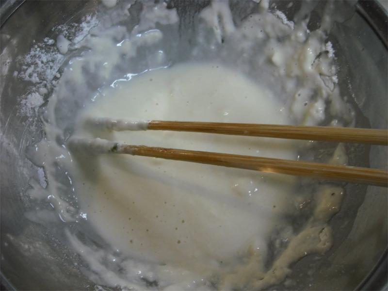 Preparazione del tane per la frittura in tempura con uso di bacchette