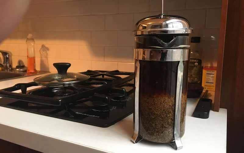 La fase finale di precipitazione e infusione dello Scandinavian Egg Coffee