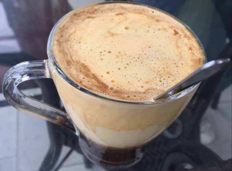 Il cappuccino vietnamita con il tuorlo d'uovo pronto per essere gustato.