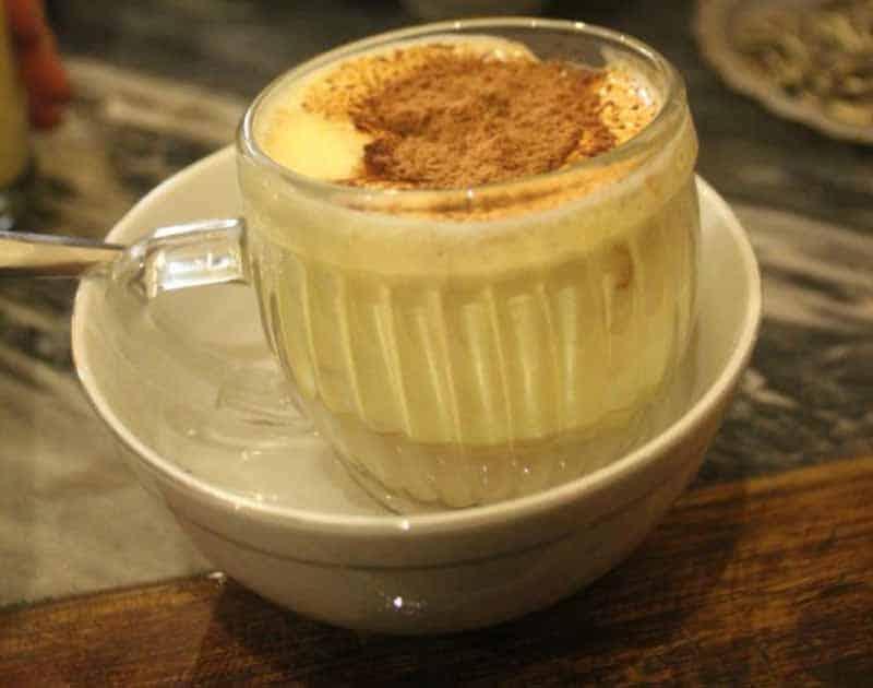 Il Vietnamese Egg Coffee servito caldo a bagnomaria con una spolverata di cacao amaro.