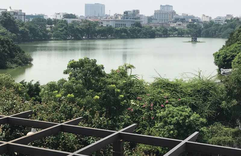 Il lago Hoan Kiem di Hanoi e la piccola pagoda sulla sua piccola isola (Vietnam)