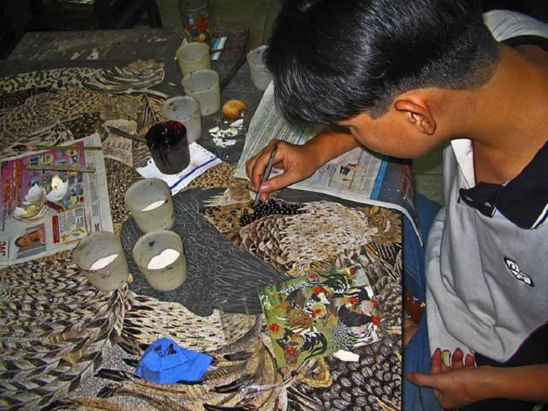 Eggshell Mosaic Art nel laboratorio di Lacquerware a Ho Chi Minh (Vietnam)