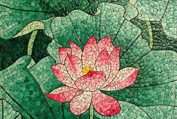 Decorazione floreale realizzata con mosaicatura con guscio d'uovo (Eggshell Mosaic Art)