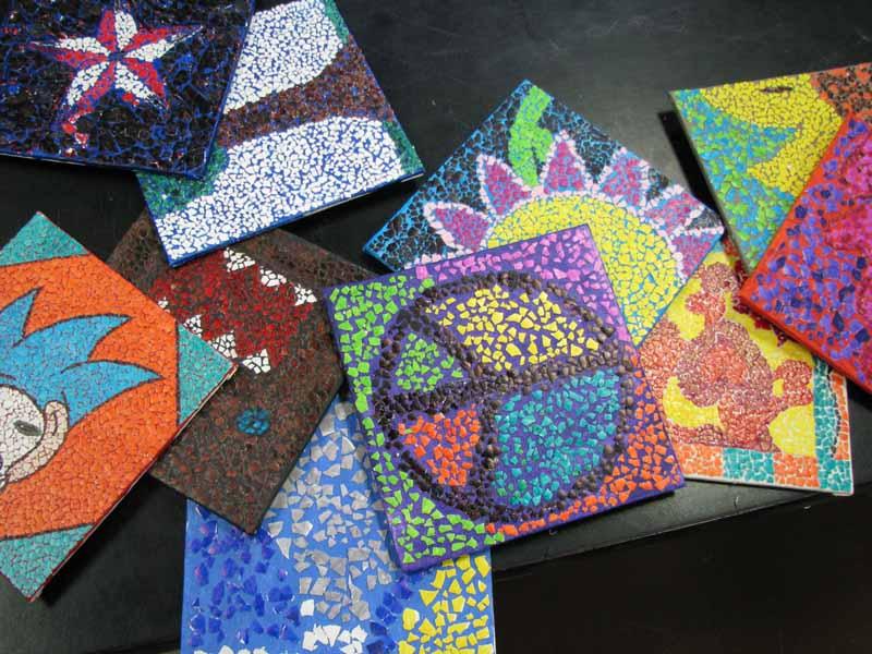 Le opere in mosaicatura di guscio d'uovo in un laboratorio scolastico