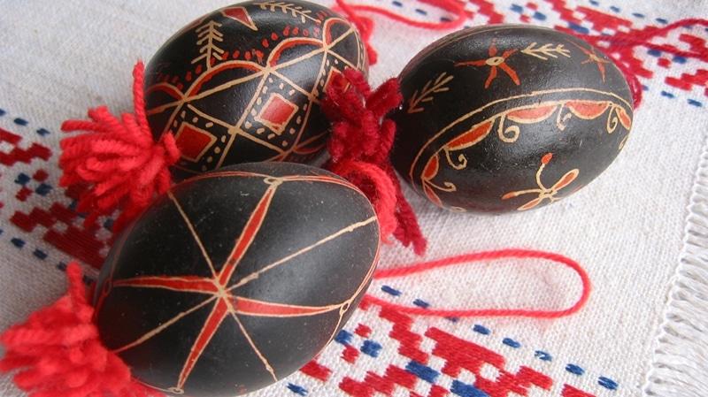 Esempio di sopraffina decorazione delle uova tradizionali pasquali denominate belokranjske pisanice della regione slovena Bela Krajina