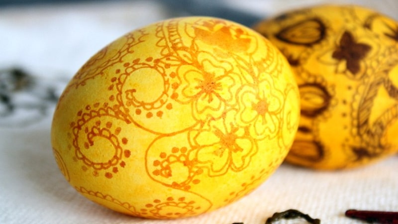 Uovo colorato in giallo curcuma e poi decorato con rosso cipolla (in stile indiano)