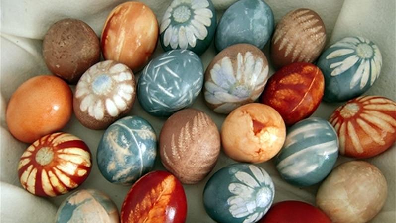 uova colorate con la tecnica dell'effetto stencil ad immersione