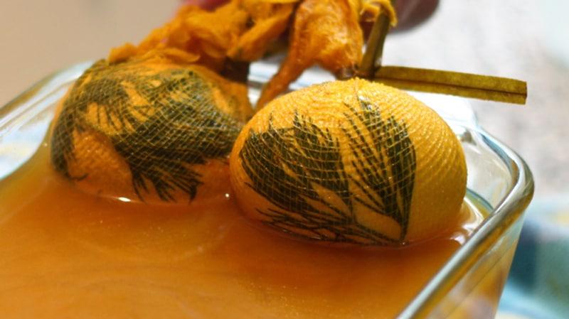Realizzazione di uova colorate con effetto stencil ad immersione