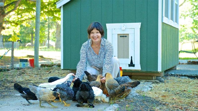 Isabella Rossellini nel suo pollaio con le sue galline