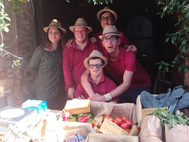 Sonia Belluardo e alcuni dei ragazzi partecipanti al progetto L'orto e l'aia