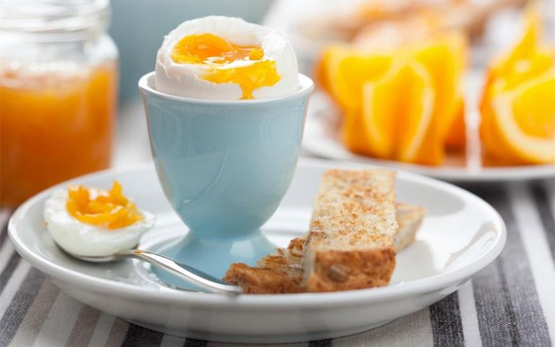 Il classico uovo alla coque per colazione servito nel portauovo