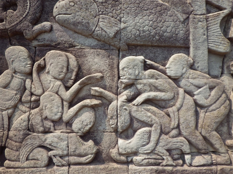 La scultura sul tempio di Bayon ritraente un combattimento tra galli (Angkor Wat - Cambogia)