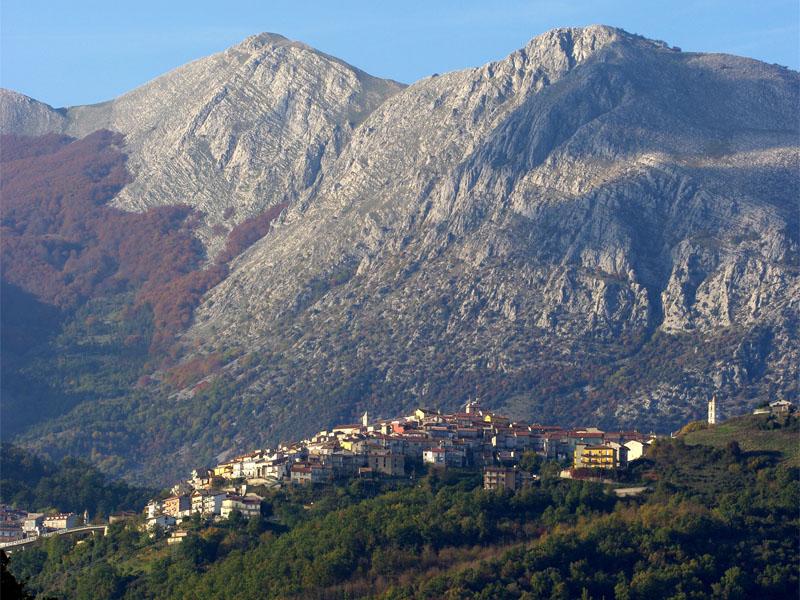 Il borgo di Latronico e il Monte Alpi alle sue spalle