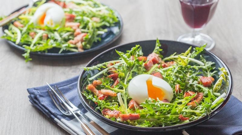 Uova bazzotte con insalatina croccante.