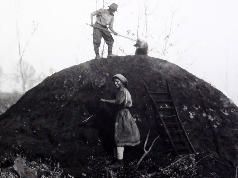 Giovannina Soldati con Beniamino Properzi di Collimento impegnati nella conduzione di una carbonaia