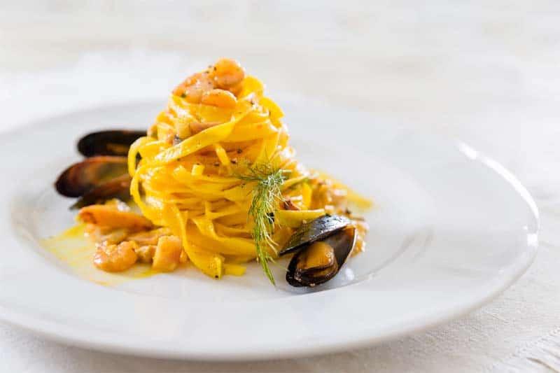 Variante di pasta alla carbonara (di mare): tagliatelle e frutti di mare