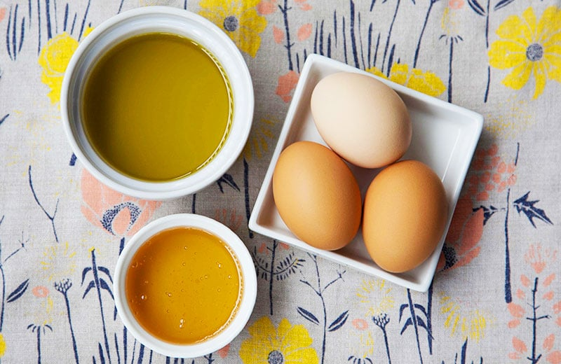 Maschera per capelli fai da te con uovo, olio e miele