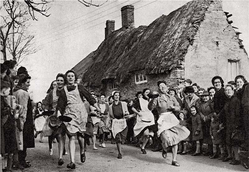 Immagine storica di una Pancake race della prima metà del '900