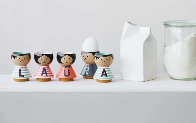 Portauovo antropomorfo in legno con alfabeto (Brand Lucie Kaas)