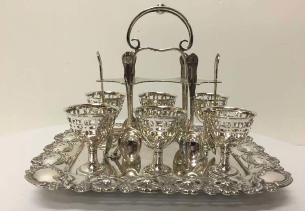 Vassoio portauovo di fine 1800 di origini inglesi in Silver plate punzonato con decorazioni floreali