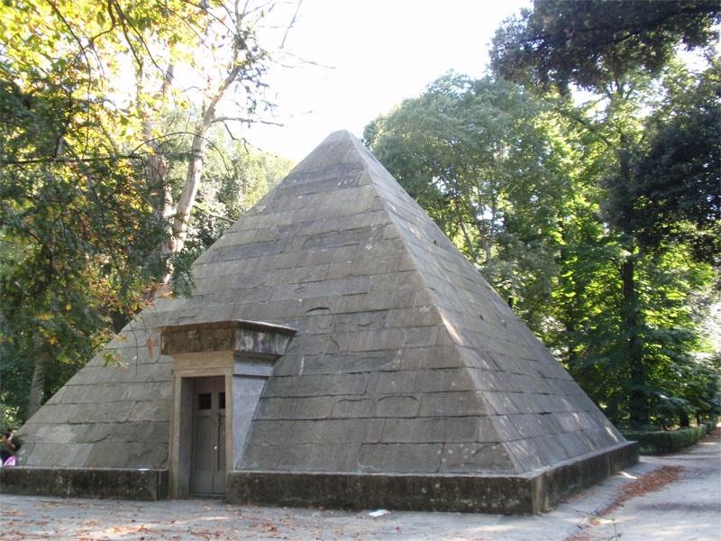 La ghiacciaia piramidale nel Parco delle Cascine di Firenze