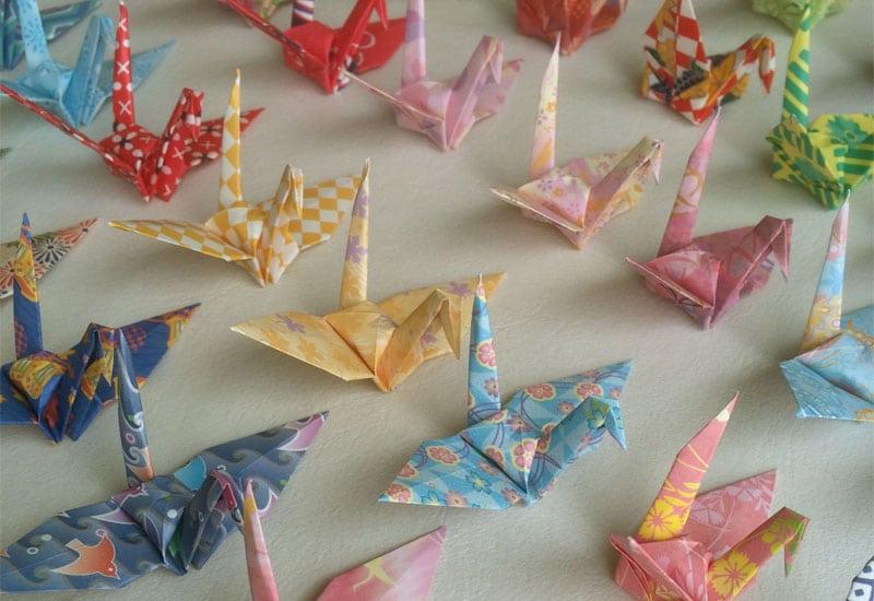Il noto modello di origami giapponese a forma di gru (tsuru)