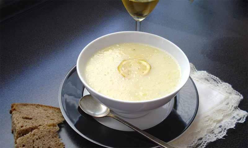 Presentazione nel piatto della zuppa avgolémono di uovo e limone