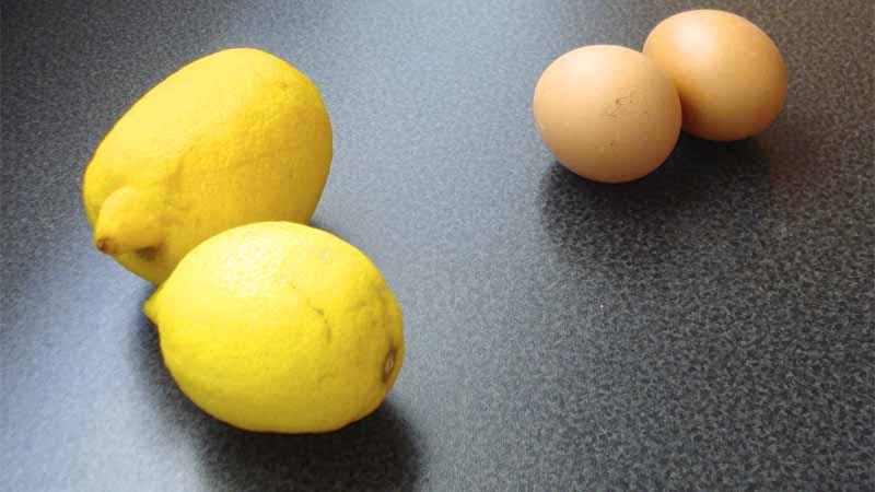 Limoni e uova per preparare la zuppa avgolémono