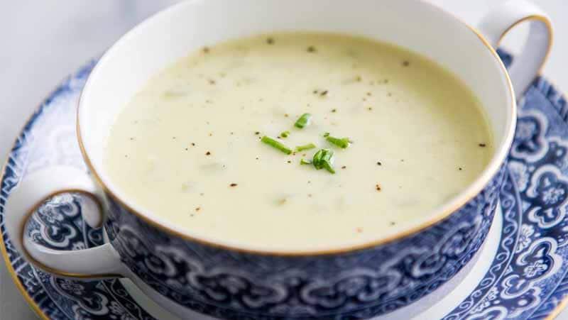 Bella presentazione in tazza elegante della zuppa avgolémono di limone e uovo