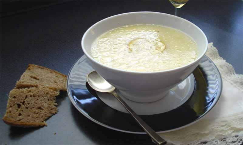 Zuppa avgolémono con uova, limone, riso e brodo vegetale