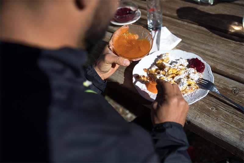 La tipica kaiserschmarren (frittata dolce) delle malghe e dei rifugi alpini