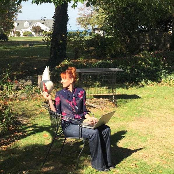 gallo Bree in giardino con Camille