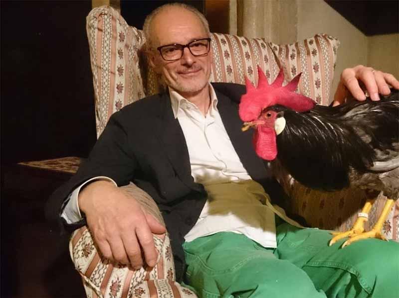 """Ugo Cavagnini con """"Arnaldo"""" (il gallo livornese campione d'europa)."""