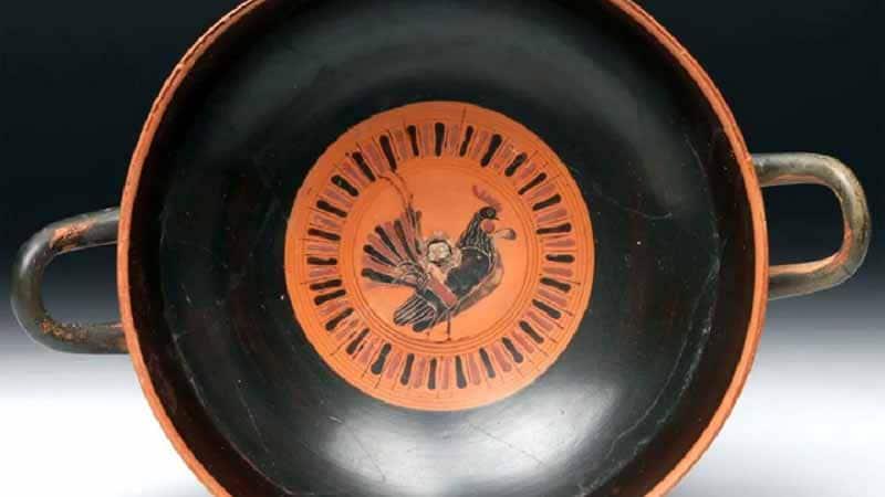 Ritrovamento dell'antica Grecia: due linee delle piume falciformi del gallo scandiscono il tempo sul calendario del ciclo lunare