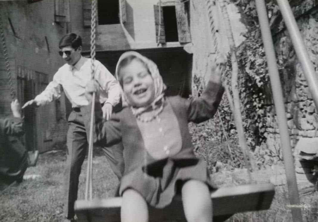 Maddalena Brunasti in altalena: infanzia a Monselice (1967).