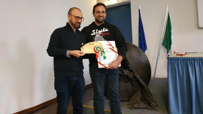 La premiazione dell'allevatore Marco Montorsi (gallina campionessa di razza)