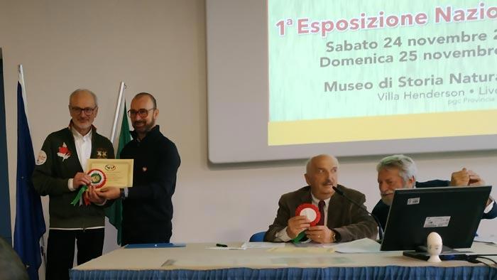 La premiazione dell'allevatore Ugo Cavagnini (gallo campione di colorazione)