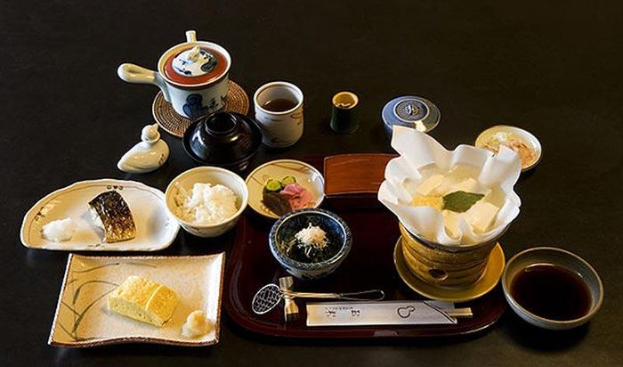 Tamagoyaki in una colazione giapponese.