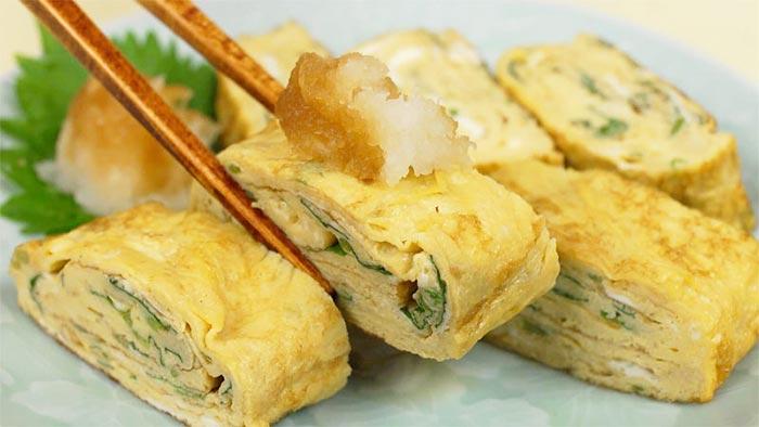 L'inserimento di ingredienti aggiuntivi nella frittata Tamagoyaki (ad esempio erbette, cipollina e alga nori).