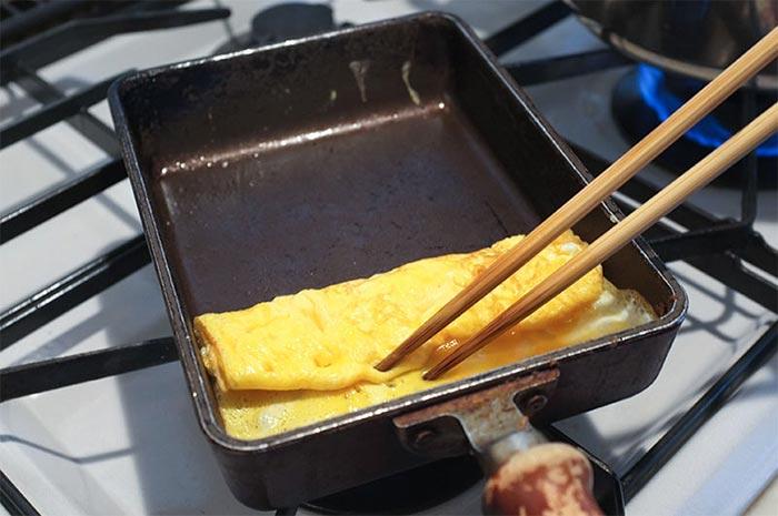 La tipica padella quadrata per la cottura del Tamagoyaki (makiyakinabe).