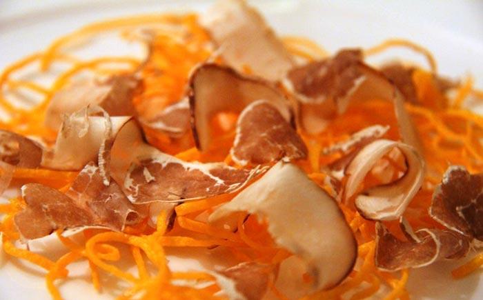 Tagliolini di uovo marinato con tartufo bianco dello chef Carlo Cracco