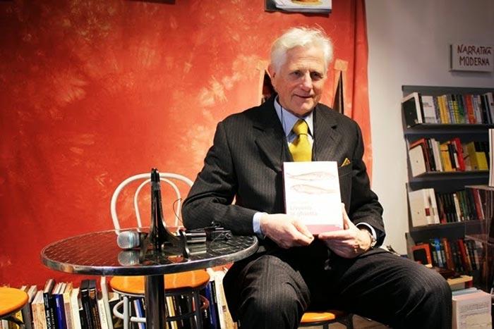 Paolo Ciolli, chef labronico, con in mano il suo libro Livorno la ghiotta