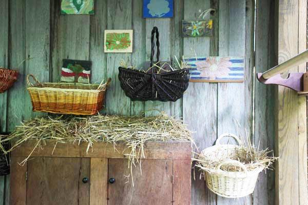Nidi per galline realizzati utilizzando vecchie ceste intrecciate