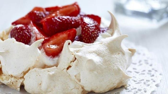 Piccola torta Pavlova con fragole
