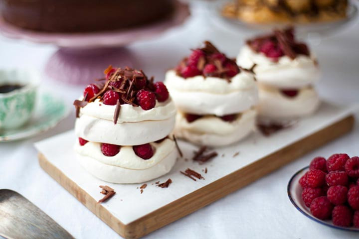 Mini tortine Pavlova con crema Chantilly all'italiana, lamponi e scaglie di cioccolata