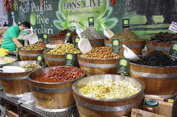 Stand olive fiera vita in campagna