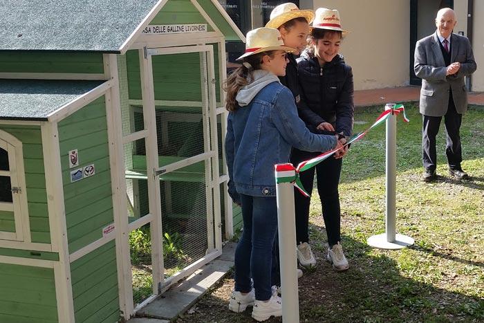 Il taglio del nastro ad opera delle tre bambine, rappresentati della scuola media Bartalena di Livorno