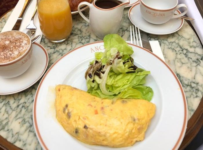Omelette per colazione al Caffè Angelina di Parigi